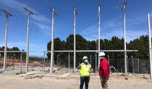 Un 80 % de avance tienen las obras de electrificación en Isla Queullín
