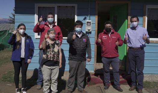 Subsecretario de Energía visita a familias de Valle Simpson que por primera vez cuentan con energía eléctrica en sus hogares