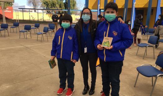 Entregan material educativo con contenido en el ámbito energético para alumnos de establecimiento educacional de la comuna de Olivar