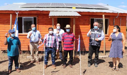 Paneles fotovoltaicos iluminan sede en comunidad de Los Sauces