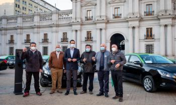 Histórica jornada: Gobierno entrega los primeros taxis 100% eléctricos que circularán por la capital