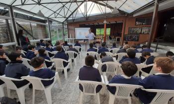 Estudiantes The Mackay School inician unidad energética con charla del seremi Gonzalo Le Dantec