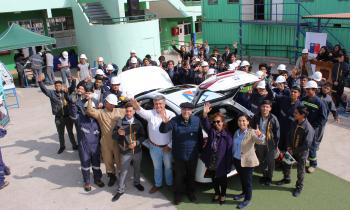 Alumnos de Alto Hospicio conocen  auto 100 % eléctrico