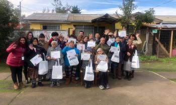 Adultos mayores residentes de condominios de viviendas tuteladas de San Fernando reciben kits eficientes para...