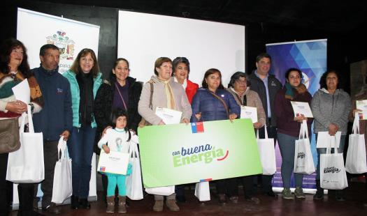Familias de Miraflores Alto aprenden a ahorrar energía y reciben kits de ampolletas LED
