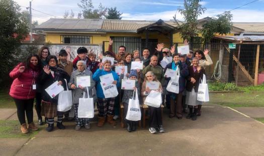Adultos mayores residentes de condominios de viviendas tuteladas de San Fernando reciben kits eficientes para disminuir cuentas de la luz