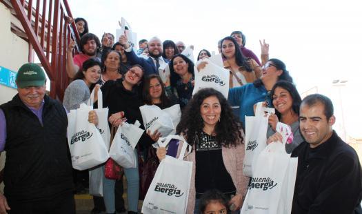 Familias de caleta San Pedro aprenden a cuidar la energía y reciben ampolletas led