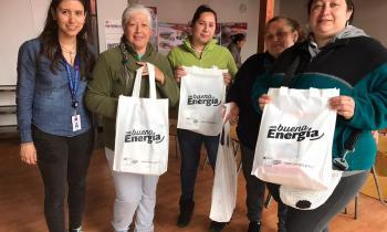 Más de 100 familias reciben kits de ampolletas y aprenden a ahorrar energía en San Juan de la Costa